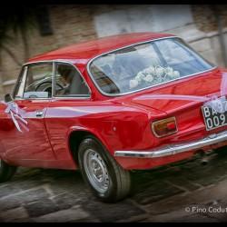 Gli sposi alla guida di una fiammante Alfa Romeo Junior 13oo