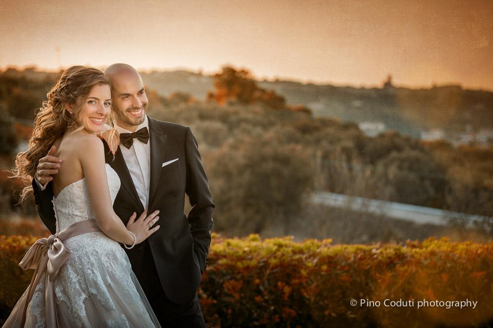 Gli sposi al tramonto con la città di Vasto sullo sfondo.