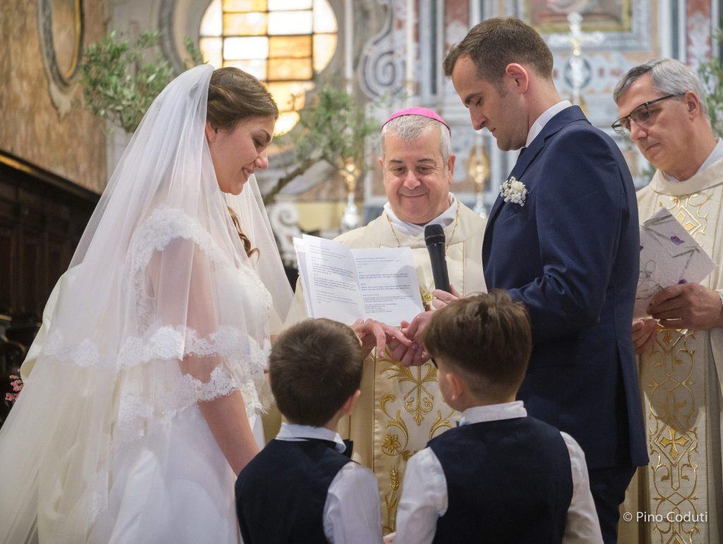 vescovo e sposi nella cattedrale di San Severo